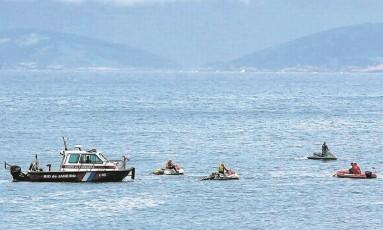 Buscas: equipes de salvamento usaram motos aquáticas, helicóptero e até um drone para tentar encontrar o corpo Foto: Cléber Júnior / Agência O Globo