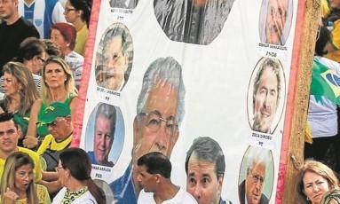 Críticas: Renan Calheiros foi um dos alvos dos manifestantes no protesto de Curitiba Foto: Rodrigo Félix Leal / Terceiro