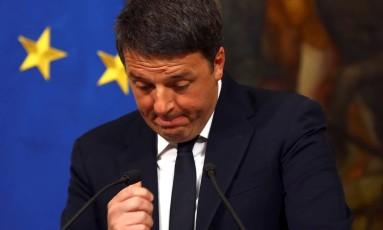 Matteo Renzi gesticula em entrevista coletiva após derrota em referendo constitucional na Itália Foto: ALESSANDRO BIANCHI / REUTERS
