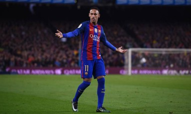 Neymar abre os braços durante o empate entre Barcelona e Real Madrid, no Camp Nou Foto: JOSEP LAGO / AFP