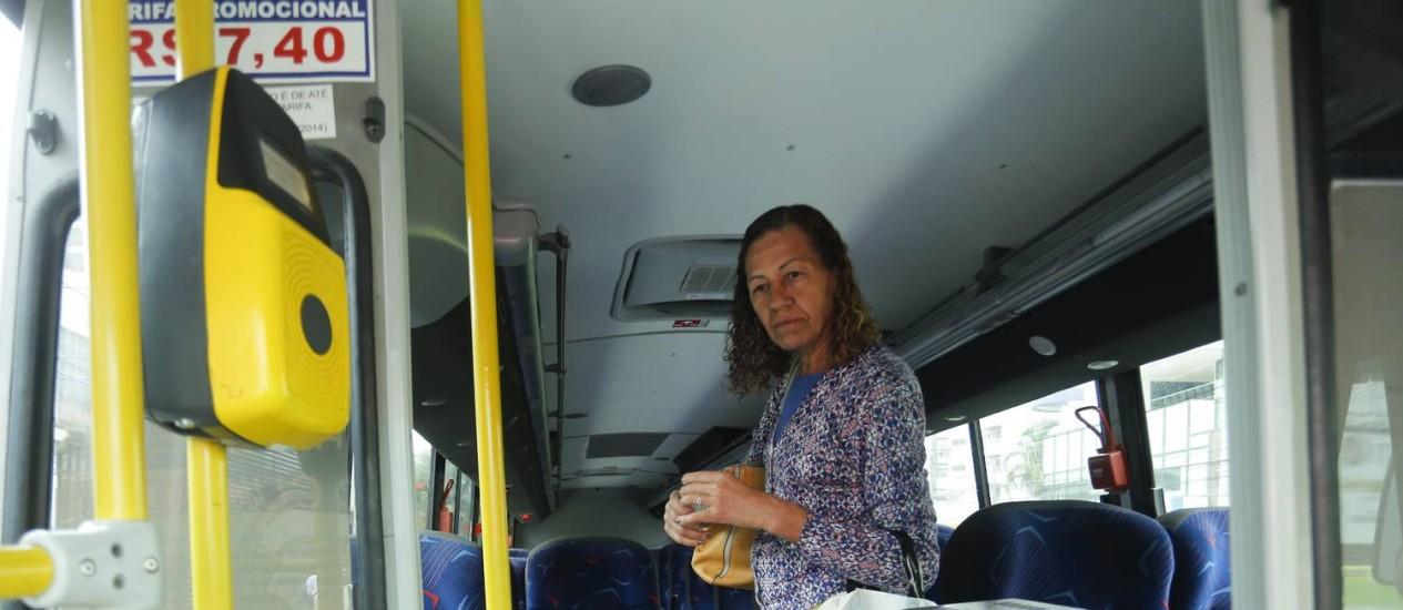 Passageira Angela Amaral pagou valor integral do Bilhete Único intermunicipal nesta segunda-feira Foto: Gabriel de Paiva / Agência O Globo