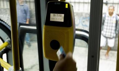 Passageiro paga o valor integral da tarifa do ônibus intermunicipal em Niterói Foto: Gabriel de Paiva / O Globo
