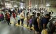 Longas filas se formaram na estação do metrô, na Central do Brasil Foto: Gabriel de Paiva / Agência O Globo