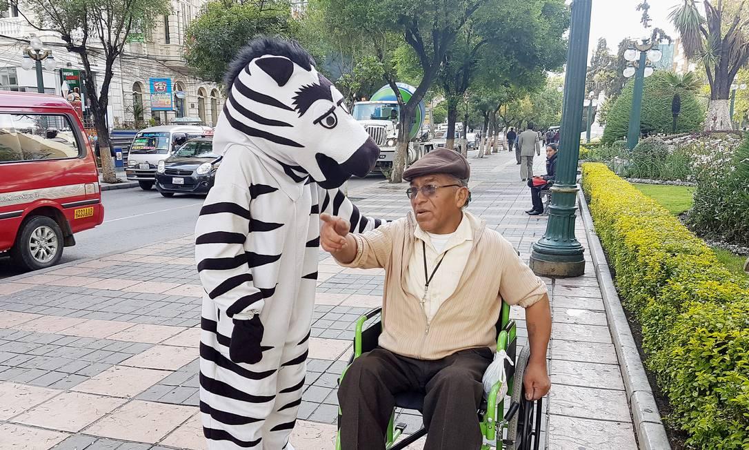 Eles também conversavam com pedestre DAVID MERCADO / REUTERS