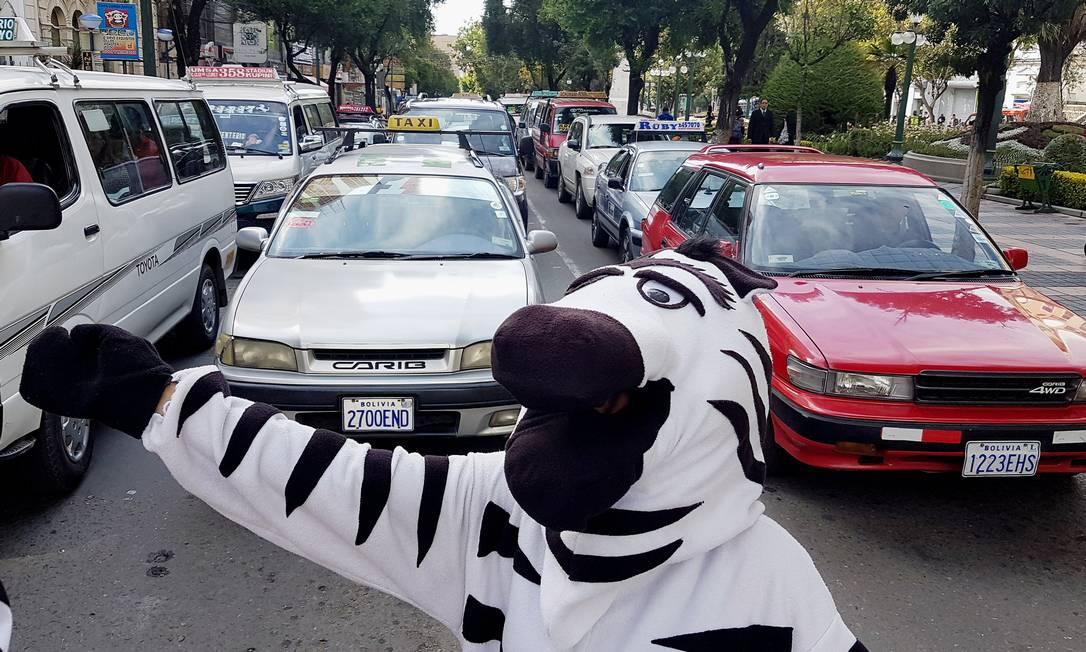 Vestidos de zebra, moradores chamavam a atenção dos motoristas DAVID MERCADO / REUTERS