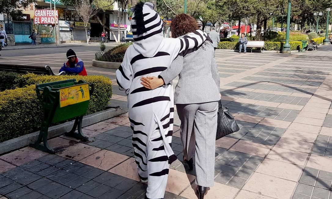 E também abraçavam os pedestres que passavam pelo local DAVID MERCADO / REUTERS