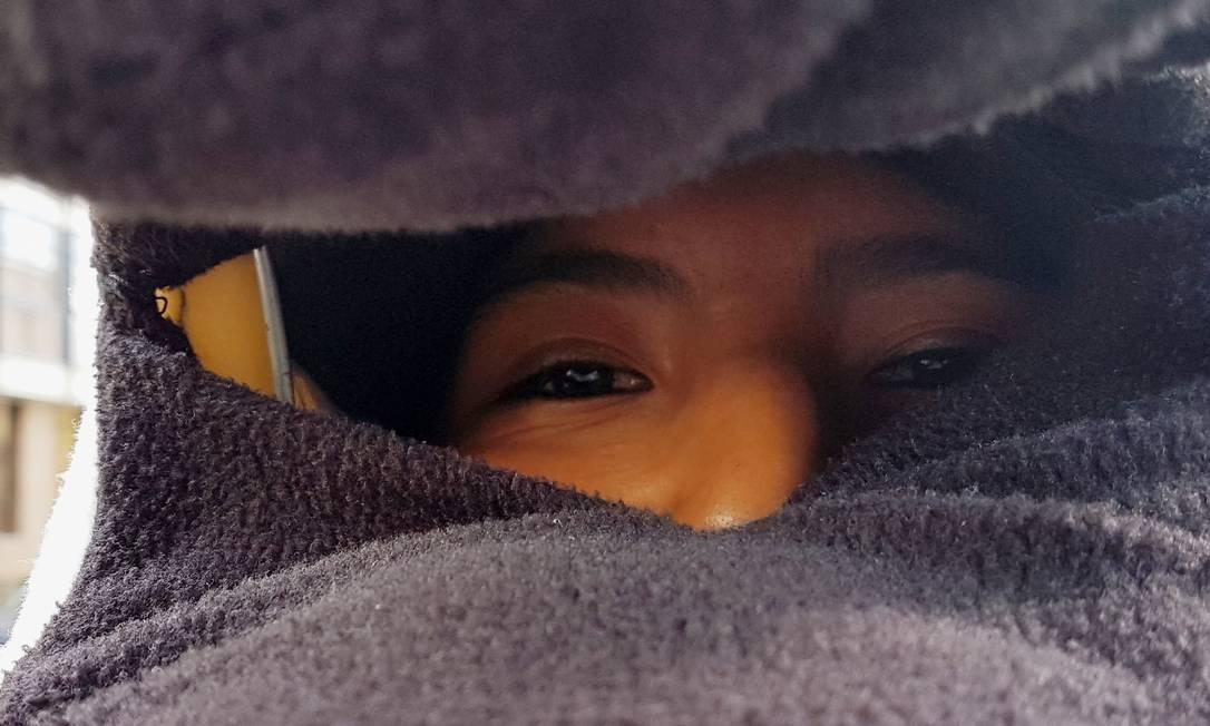 Olhar de um morador, com a máscara, durante a campanha DAVID MERCADO / REUTERS