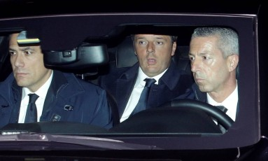 Renzi chega ao Palácio do Quirinal, em Roma, para reunião com o presidente Sergio Mattarella Foto: MAX ROSSI / REUTERS