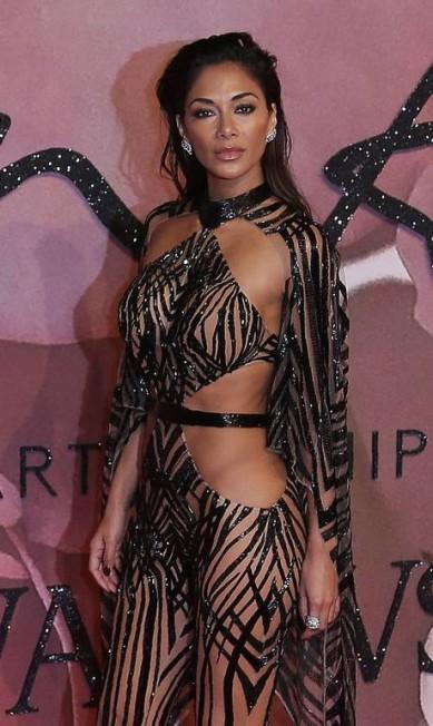 A cantora americana Nicole Scherzinger roubou a cena no tapete vermelho do British Fashion Awards, nesta segunda-feira, em Londres. Nicole, ex-namorada do piloto Lewis Hamilton, ousou no look, recortado e transparente DANIEL LEAL-OLIVAS / AFP