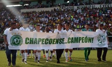 Em Honduras, jogadores do Platense homenageiam os colegas da Chapecoense, vítimas de acidente aéreo na Colômbia Foto: ORLANDO SIERRA / AFP