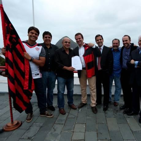 O presidente do Flamengo, Eduardo Bandeira de Mello, e o prefeito Eduardo Paes com dirigentes rubro-negros e o deputado Pedro Paulo Foto: Flamengo