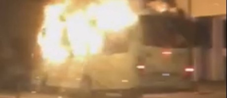 Ônibus incendiado na Avenida Brasil Foto: Reprodução