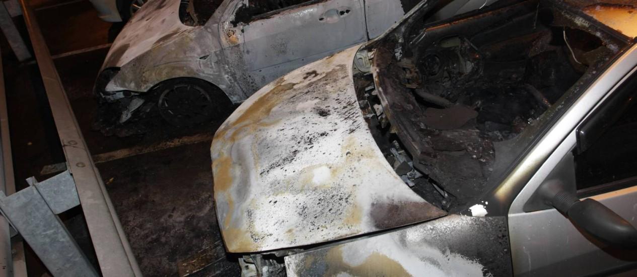 Três carros são incendiados no Grajaú Foto: Pedro Teixeira / Agência O Globo