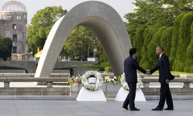 Em foto de 27 de maio de 2016, presidente Barack Obama (à dir.) aperta as mãos do premier Shinzo Abe no memorial de Hiroshima, no Japão Foto: Carolyn Kaster / AP