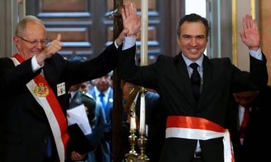 Presidente peruano Pedro Pablo Kuczynski com o novo ministro da Cultura, Salvador del Solar Foto: HO / AFP