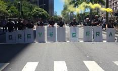Funcionários da Secretaria estadual de Administração Penitenciária (Seap) mostram cartaz durante protesto na Alerj Foto: Célia Costa / O Globo