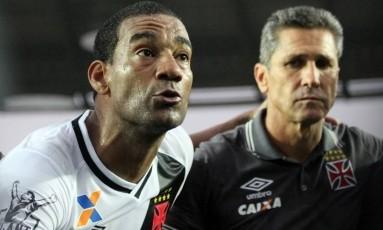 Rodrigo e Jorginho juntos em conversa com torcedores na reta final da Série B Foto: Carlos Gregório / vasco.com.br