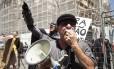 Manifestantes protestam contra votação de medidas contra a crise na Alerj Foto: Hermes de Paula / O Globo