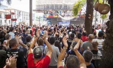 Manifestantes protestam em frente à Alerj no primeiro dia de votação das medidas de ajuste Foto: Hermes de Paula / O Globo