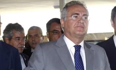 O presidente do Senado, Renan Calheiros (PMDB-AL), ao lado do vice-presidente Jorge Viana, chega ao Senado Foto: Givaldo Barbosa / O Globo
