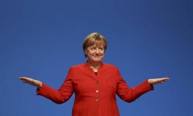 Chanceler alemã, Angela Merkel reage após discursar no congresso da União Democrata Cristã Foto: KAI PFAFFENBACH / REUTERS