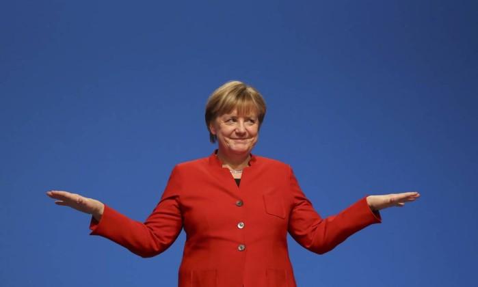 Merkel é reeleita líder do partido e pede veto à burca