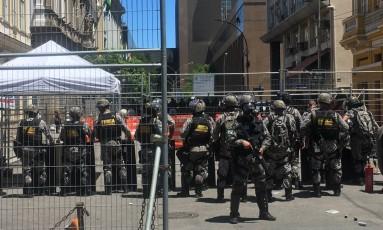 O policiamento em uma das laterais da Alerj Foto: Carina Bacelar / O Globo