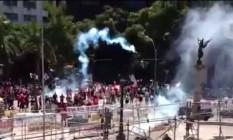 Manifestantes entram em confronto com policiais no Centro do Rio durante manifestação contra pacote de corte de gastos em votação na Alerj Foto: Reprodução
