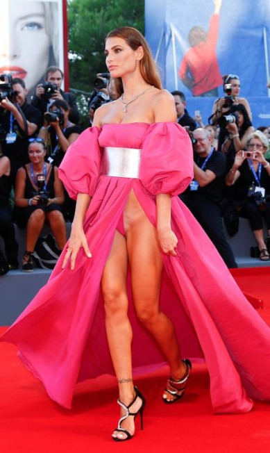 O vestido cavadíssimo da modelo brasileira Dayane Mello foi a grande sensação do Festival de Veneza, em setembro ALESSANDRO BIANCHI / REUTERS