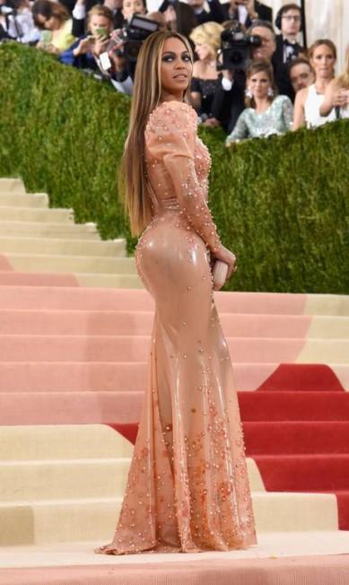 Justo é pouco para o modelito Givenchy que Beyoncé usou no Met Gala, em maio. Segundo o stylist da cantora, foi preciso usar até um lubrificante para que a peça entrasse no corpo de Queen B. Larry Busacca / AFP