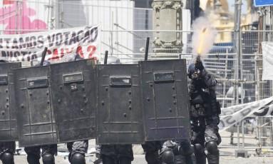 Policial atira contra manifestantes nas proximidades da Alerj Foto: Pablo Jacob / Agência O Globo