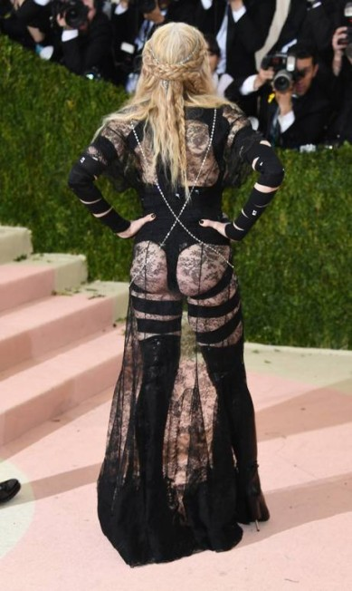 Também no Met Gala, Madonna deu o que falar com um vestido que deixava o bumbum à mostra. Criticada na época, ela chegou até a escrever um manifesto pela liberdade de se vestir como quiser, independente da idade Larry Busacca / AFP