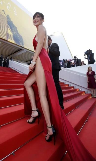 A escolha ousadíssima de Bella foi um dos momentos mais comentados da moda no ano ERIC GAILLARD / REUTERS