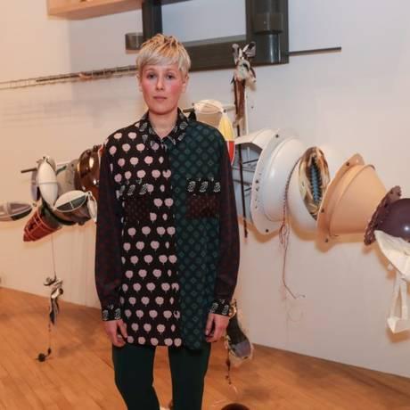 Helen Marten com parte de sua instalação na Tate Britain Foto: Divulgação