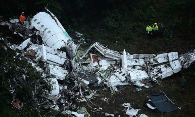 Destroços do voo da Chapecoense na Colômbia: queda do avião deixou mais de 70 mortos Foto: RAUL ARBOLEDA / AFP