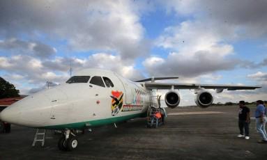 O avião da LaMia que caiu na Colômbia, com a delegação da Chapecoense e jornalistas, e causou a morte de 71 pessoas. A foto é de 4 de outubro de 2016, e a fuselagem tem o escudo de outro cliente da empresa aérea, a Federação Boliviana de Futebol Foto: STRINGER / REUTERS