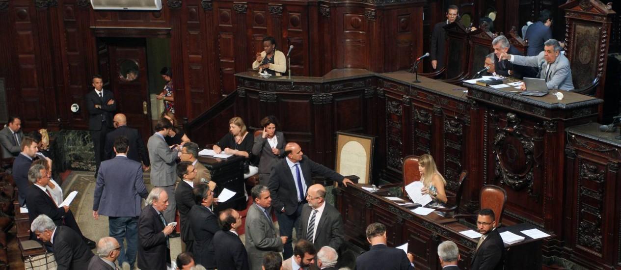 Deputados estaduais em plenário durante votação do pacote de ajuste do governo do estado Foto: Thiago Lontra / Divulgação Alerj