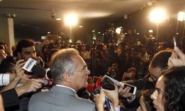 O presidente do Senado, Renan Calheiros (PMDB-AL), explica decisão de não cumprir liminar do ministro Marco Aurélio Foto: Givaldo Barbosa / Agência O Globo