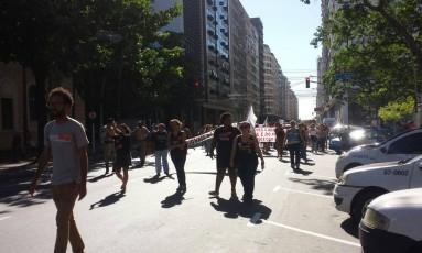 Protesto interrompeu o trânsito na Avenida Amaral Peixoto por alguns minutos Foto: Fábio Teixeira / Agência O Globo