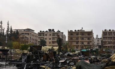 Soldado russo inspeciona área de hospital destruída em Aleppo Foto: SANA / REUTERS
