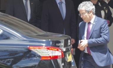 O vice-presidente do Senado Jorge Viana deixa a residência de Renan Calheiros Foto: Michel Filho / Agência O Globo