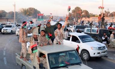 Soldados apoiados pela ONU fazem carreata comemorando retomada de área urbana de Sirta Foto: HANI AMARA / REUTERS