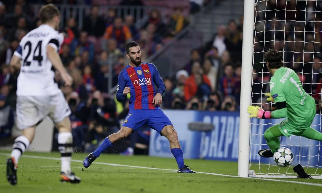 Turan escora para marcar seu terceiro gol, o quarto do Barcelona sobre o Borussia Moenchengladbach Manu Fernandez / AP