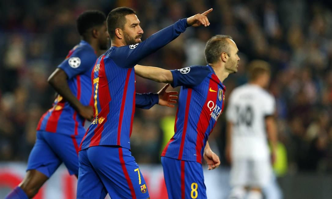 Arda Turan, ao centro, celebra seu segundo gol nos 4 a 0 do Barcelona sobre o Borussia Moenchengladbach Francisco Seco / AP