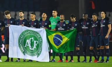 Jogadores do Pari Saint-Germain fazem um minuto de silêncio em homenagem às vítimas da tragédia com avião da Chapecoense Foto: FRANCK FIFE / AFP