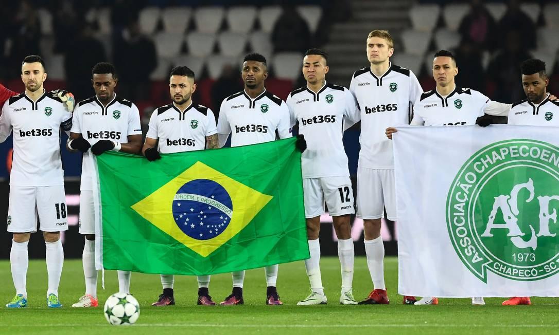 No mesmo jogo, em Paris, bandeiras do Brasil e da Chapecoense são exibidas pelo elenco do Ludogorets MIGUEL MEDINA / AFP
