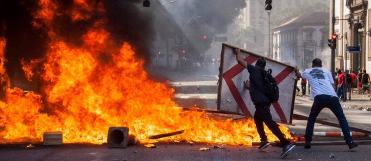 Manifestantes fizeram barricada Foto: Hermes de Paula/ Agência O Globo