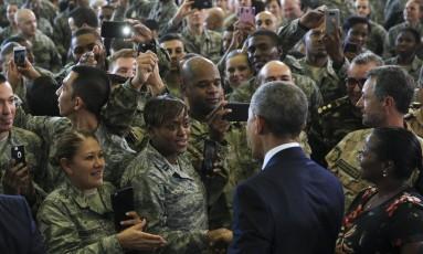 Obama cumprimenta militares em base na Flórida Foto: Monica Herndon / AP