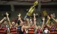 Marcelinho ergue mais um troféu para o basquete do Flamengo Foto: Gilvan de Souza/Flamengo