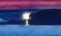 Havaiano Anthony Walsh surfa à noite em Pipeline Foto: Reprodução Instagram